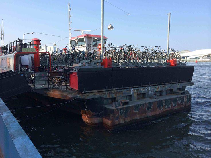 Parkeren van fietsen is altijd een probleem. De 'fietsparkeerboot', gelegen achter het Centraal Station in Amsterdam, lost dit probleem (ten dele) op. Gefotografeerd in september 2014