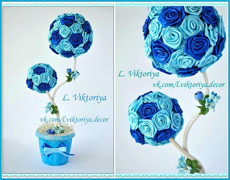 """Двойной топиарий """"Лазурь"""" Высота 37 см.  Материал: розы из атласных лент, сизаль, банты - атласные ленты, декоративные засахаренные ягоды, декоративные цветочки."""