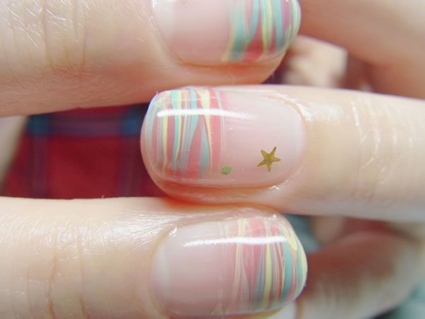 キキとララ☆の毛糸ネイル♪意図せずして、出来上がったらキキララっぽくなりました:)2人のヘアカラーとお星様ということで、コモンでは珍しい小さな小さな星を添えてま...