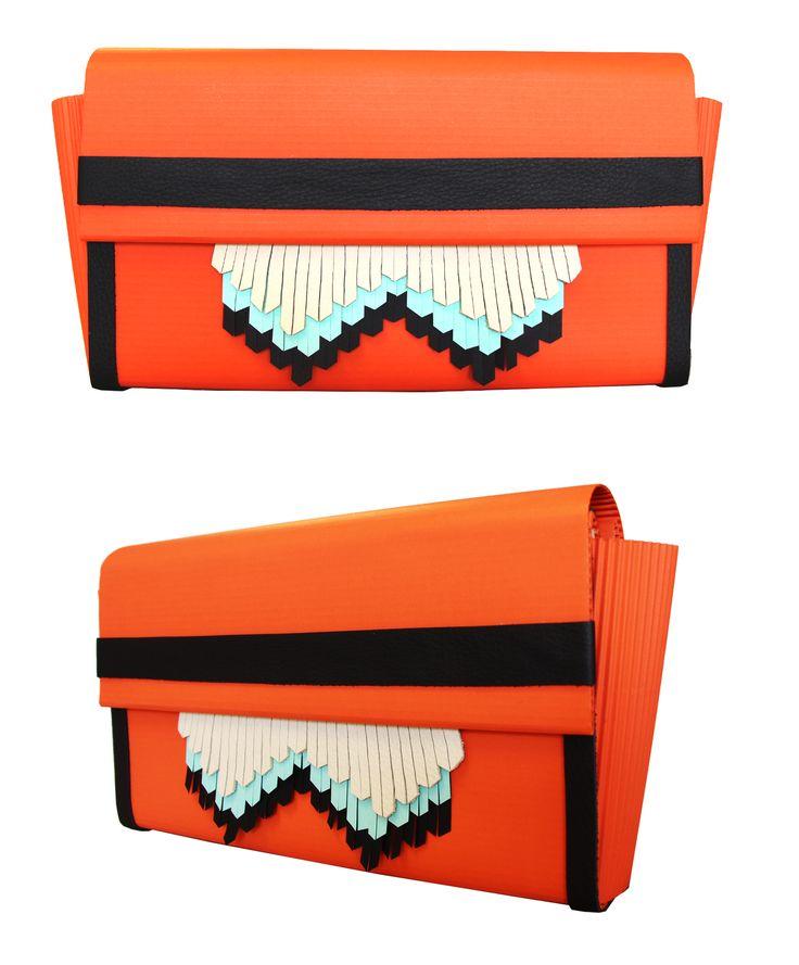 Afra-T bag Sunshine /01  Materiale: cartone, carta, pelle Chiusuraacalamita  Altezza: 15 cm Lunghezza: 29 cm Tracolla in pelle  € 80,00