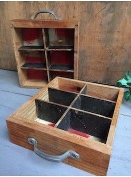 Ces tiroirs contenaient le petit outillage d'un menuisier et leur fabrication est artisanale. Le cloisonnement intérieur, fabriqué avec d'anciennes planches de récupération, et la poignée métallique apportent originalité et authenticité. Chaque tiroir est unique! Patinés par le temps et les usages,ils trouveront facilement une place sur un bureau ... ou ailleurs ! L. 22,5 cm l. 26 cm H. 7 cm