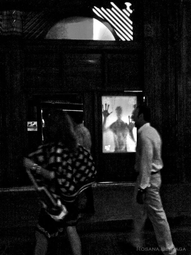 No cansado de acechar el milagro tras la puerta, mantuvo su sombra en vigilia hasta que, de tanto aguantar la esperanza, las manos se le hicieron enormes.