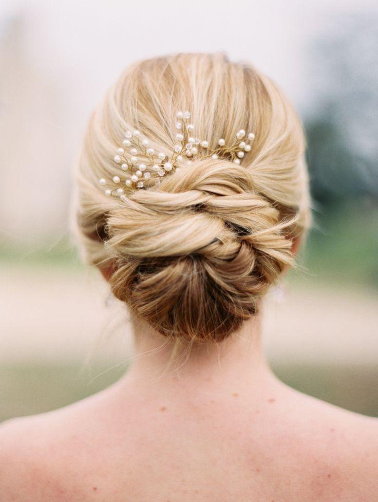 Brautfrisur Dutt mit dezentem Haarschmuck Perlen