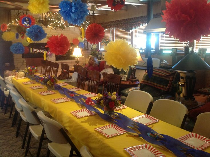 Table decor for Donald Duck birthday party
