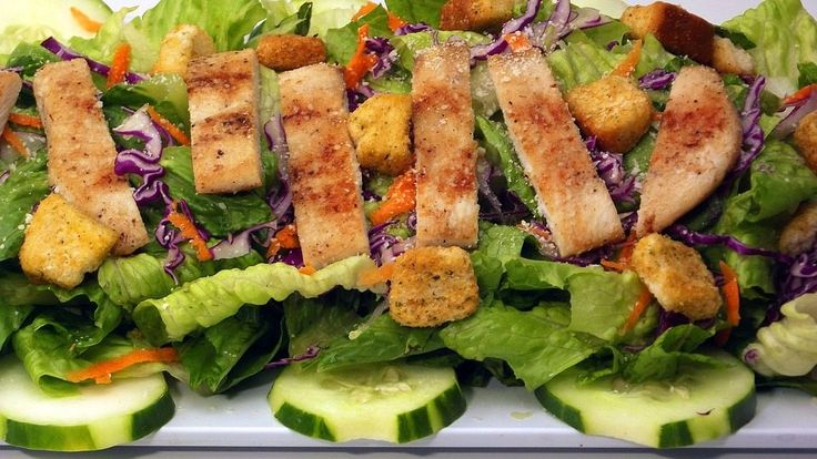 Pri slove šalát si väčšina z nás predstaví nevábnu hŕstku zeleniny bez chuti. Naopak, klasický zemiakový šalát s majonézou je pre nás synonymom dobrej chuti, no žiaľ aj zbytočného množstva kalórií. Ako teda urobiť kompromis? Nasledujúce šaláty sú dôkazom, že aj bez majonézy môže byť šalát fantastickým jedlom, ktoré si obľúbite ihneď po prvom súste.