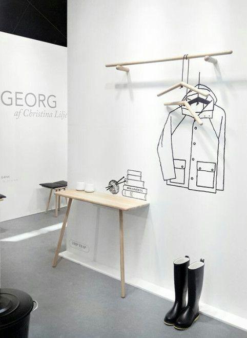 exposición interior de tienda con dibujos pintados a mano