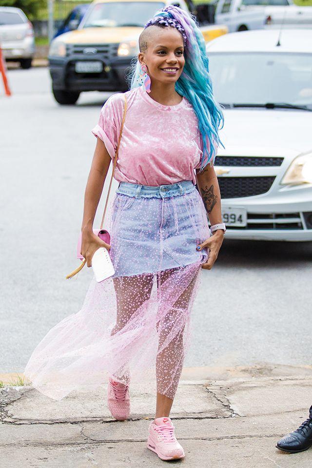 Tシャツ×デニムスカートの定番的なスタイルにシースルーを取り入れるだけでトレンド感がアップ! ヘアも含めてパステルカラーにまとめているのが可愛い。野外イベント時のコーディネートの参考になりそう。