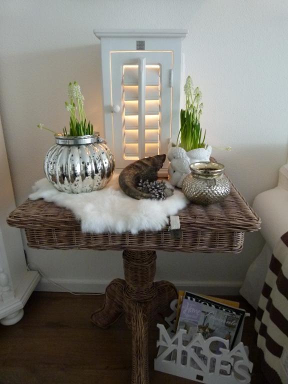 Voorjaar - cute lighted cabinet.