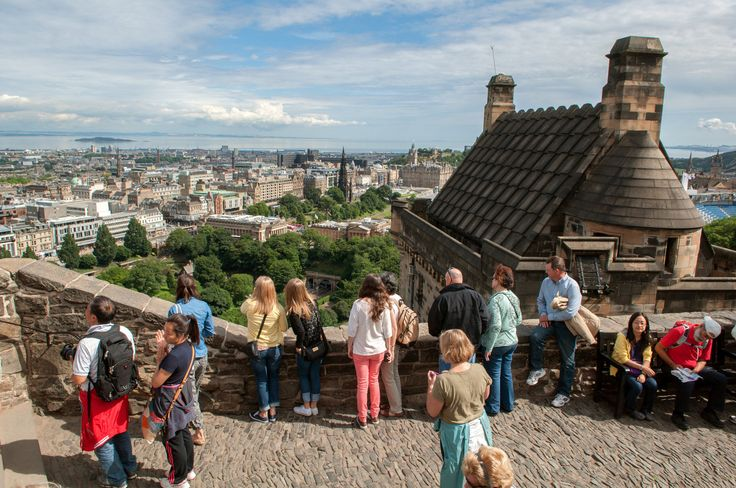 Disfruta de entrada sin colas al Castillo de Edimburgo. Aprende acerca de las batallas y asedios del castillo, y alrededor de la familia real que vivió y murió dentro de sus muros. Disfruta del paisaje de Edimburgo, las Joyas de la Corona, y mucho más.