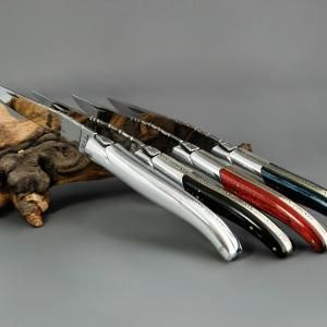 Laguiole Chevalier ALU-MADE IN FRANCE Unvergleichliche Eleganz strahlt dieses mit Griffen aus Hochglanzaluminium versehene Laguiole-Messer aus! Laguiole Messer von Chevalier Laguiole Eleganz in vollendeter Handarbeitskunst. Ein CHEVALIER LAGUIOLE besticht das Herz eines Laguiole Messersammlers durch seine vielen optischen Reize. Die edle Symphonie aus Holz und Metall oder gar ganz aus Metall (hochglänzendes Aluminium) verleiht diesen Messern eine Aura der man sich nur schwer entziehen kann…