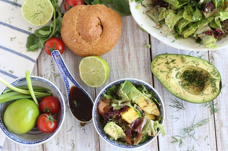 Πράσινη σαλάτα με ρόκα, σολωμό και μάνγκο