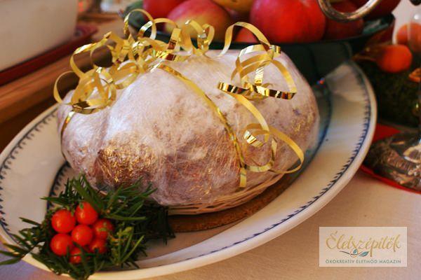A stollen klasszikus adventi, karácsonyi édesség. Hetekkel az ünnep előtt elkészíthető, alaposan becsomagolva hűvös helyen tárolható karácsonyig. Ajándékba is megsüthetjük szeretteinknek. Ezt a rec…