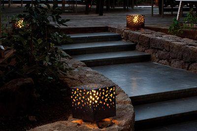 B.Lux ams buitenlamp  Design:David Abad,2011  De ontwerpen van de buitenlamp AMS heeft een talent met materiaal, in dit geval staal zowel roestvrij en cortenstaal. Door het patroon schijnt het l...