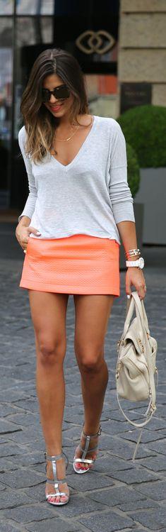 Mini saia e blusa 3/4, um pouco de cor e ponto neutro. A saia é justa e curta, por isso uma blusa mais soltinha (não deixa vulgar), se preferir opte por sapatilhas.