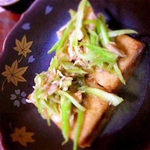 「高野豆腐のステーキ さっぱりツナセロリ添え」コクのある高野豆腐のステーキに、まろやかな酸味の土佐酢風だれで和えたツナとセロリのサラダを添えました。メインにもおつまみにもピッタリ!【楽天レシピ】