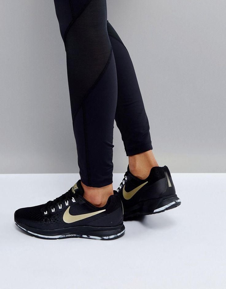 ¡Consigue este tipo de deportivas de Nike ahora! Haz clic para ver los detalles. Envíos gratis a toda España. Diseño en negro y dorado Pegasus de Nike Running: Zapatillas de deporte de Nike, Exterior de malla transpirable, Cierre de cordones, Marca en la lengüeta y en la abertura, Acolchados para mayor comodidad, Logo característico de Nike, Suela gruesa, Dibujo de ranuras flexibles, Limpiar con un paño húmedo, 50% textil. Exterior: 50% otros materiales. Nike domina la industria de la...