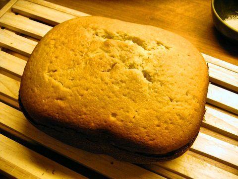 taart,  cakemeel, suiker en vanillesuiker mengen en in bakblik doen. boter, ei en melk toevoegen. broodbakmachine aanzetten op cake programma.