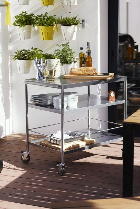 Met de FLYTTA roltafel verplaats je spullen eenvoudig naar buiten.