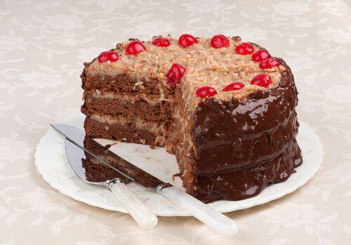 El pastel de chocolate alemán es un postre con capas de bizcocho, cubierto y relleno con una mezcla de ralladura de coco y nueces. Te enseñamos a hacerlo.