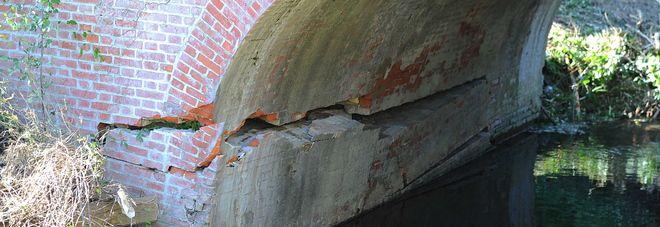Il ponte cede, la perforazione è devastante, quello che esce dalla crepa fa paura - http://www.sostenitori.info/ponte-cede-la-perforazione-devastante-quello-esce-dalla-crepa-paura/263841