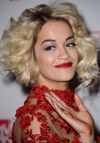 European Music Awards 2012: Rita Ora.    La popstar è affezionata al make up da geisha: incarnato diafano, sopracciglia grafiche ad ala di gabbiano, rossetto fiammante in tinta con l'abito. Il sui look eyeliner e labbra rosse è diventato il suo marchio di fabbrica.