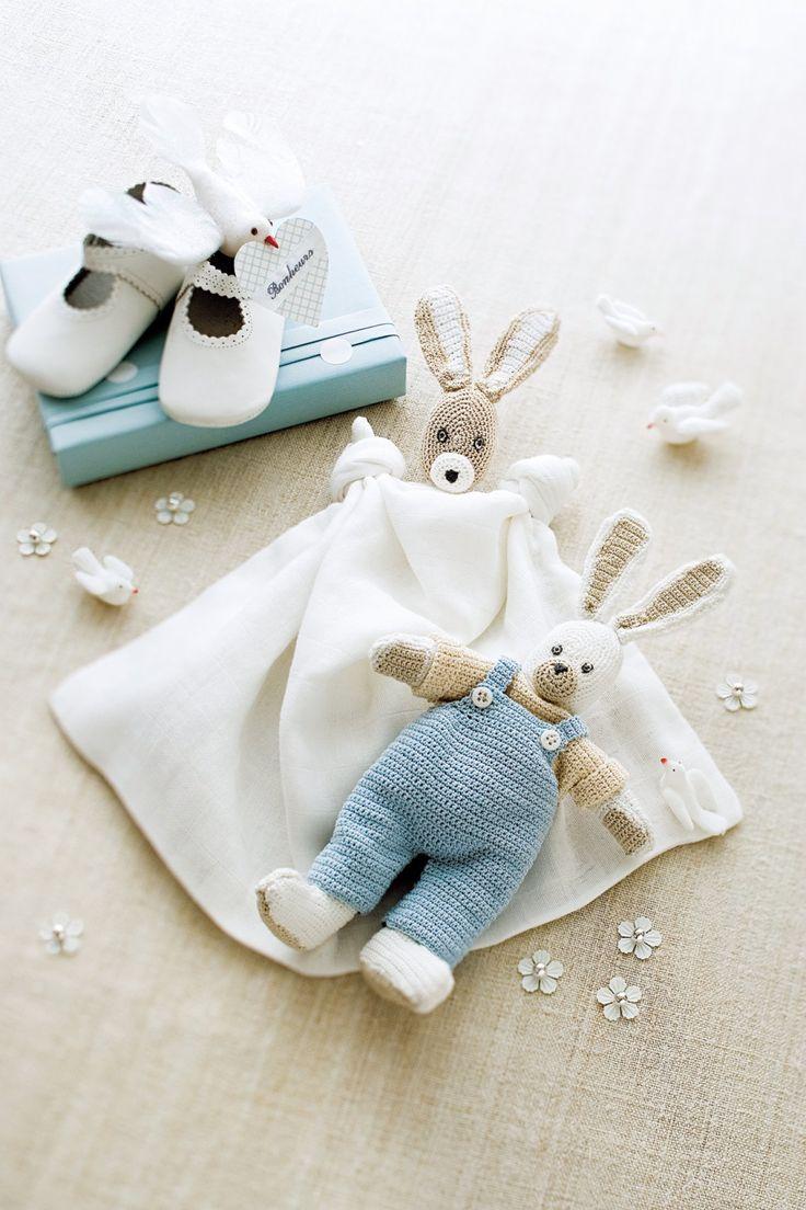 Des doudous en crochet en forme de lapin dont l'un est habillé et l'autre est en cotonnade blanche.