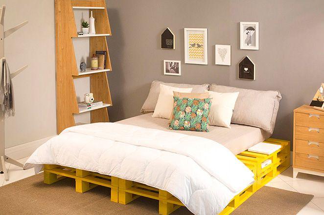 Aprenda como deixar seu quarto de casal decorado utilizando móveis de madeira, cinza e amarelo e descubra dicas para fazer essa decoração na sua casa.