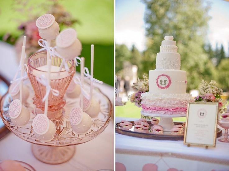 Cakepops und Hochzeitstorte. Eine Hochzeit in rosa und weiß auf Gut Sonnenhausen bei München. Konzept: Trauwerk. Fotos: Petra Hennemann. www.hochzeitsgezwitscher.de