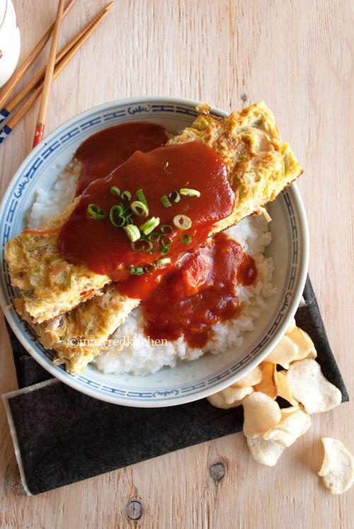 Foe Yong Hai haal je niet meer bij de Chinees, vanaf nu maak je het zelf! Een luchtige omelet in een zoetzure tomatensaus geserveerd met rijst.