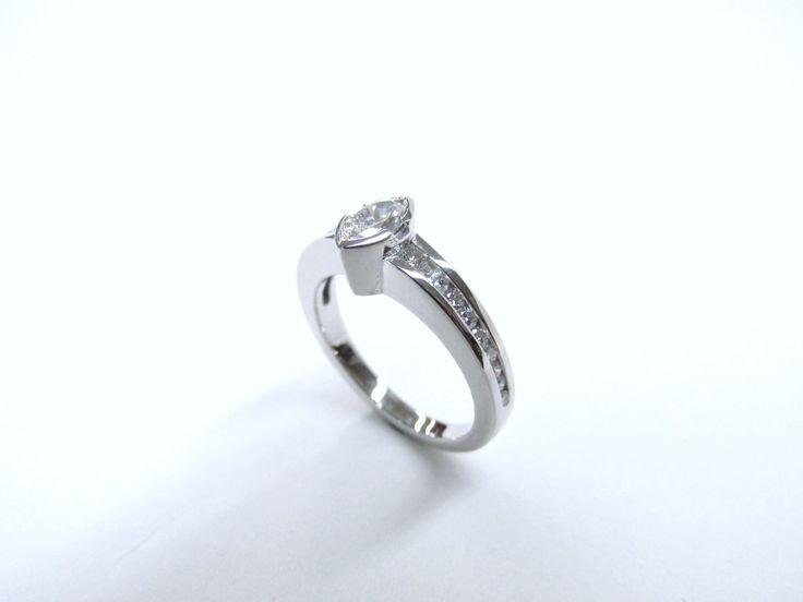 Hermoso y delicado anillo de compromiso con diamante marquis  con diamantes laterales en oro blanco de 18k Joyas Marcel JOYAS MARCEL Duran Joyeros, Bogotá. #duranjoyerosbogota #joyeria #hermosasjoyas  #anillosdecompromiso  #compracolombiano #hechoamano #Colombia