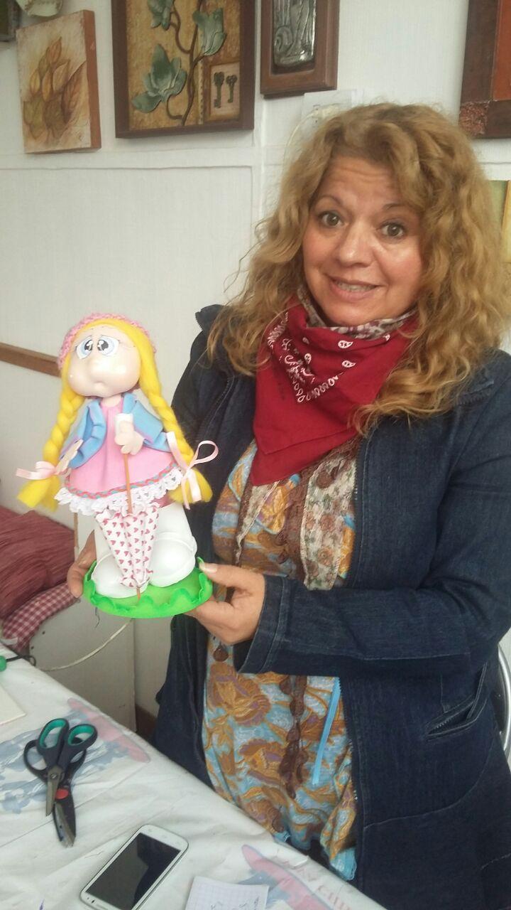 Alumna de los talleres de Goma Eva en 3D con su proyecto terminado