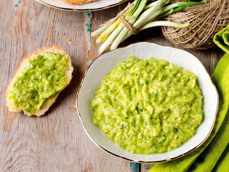 Pesto aus frischem Bärlauch – ein Genuss.  http://einfach-schnell-gesund-kochen.de/baerlauchpesto/
