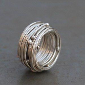 Bague nid en argent par Laurence Oppermann éditée par l'atelier des bijoux créateurs.