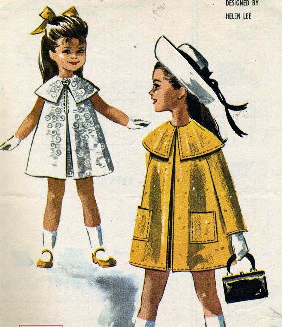 Vintage McCalls 7153 plissé Aline robe de coupe enfant avec Cape col et patron de couture manteau conçu par Helen Lee. Poitrine de taille 6 x = 25 .    Robe sans manches avec col cape et manteau sans col à manches longues raglan. Robe a inversé le pli dans le centre avant cousu mi-chemin fait,, et inversé pli au centre du dos sous la fermeture éclair. Collier est bordée dorgandi et col et emmanchures peuvent être garnis de machine à coudre. Rosette de tissu de la robe de biais est cloué au…