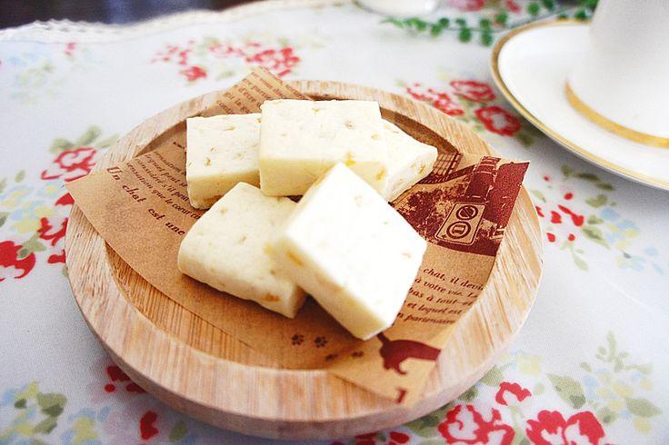 クリームチーズをクッキー生地に練りこんだスペシャル感漂うお菓子です。ちょっとリッチな感じがするのに、実は混ぜるだけの超簡単レシピ。クリームチーズの濃厚な酸味がほどよく香って後をひく...。サックサク食感は止まらないお味です。 (2ページ目)