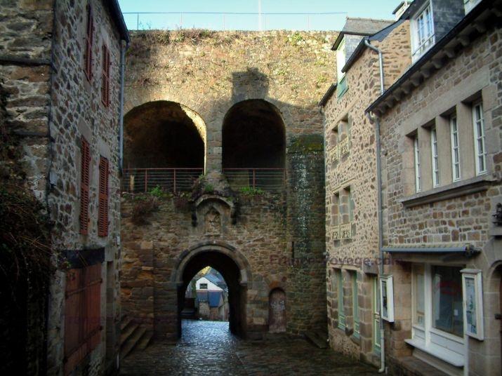 Dinan: Case di pietra, piccolo portico e muri - France-Voyage.com