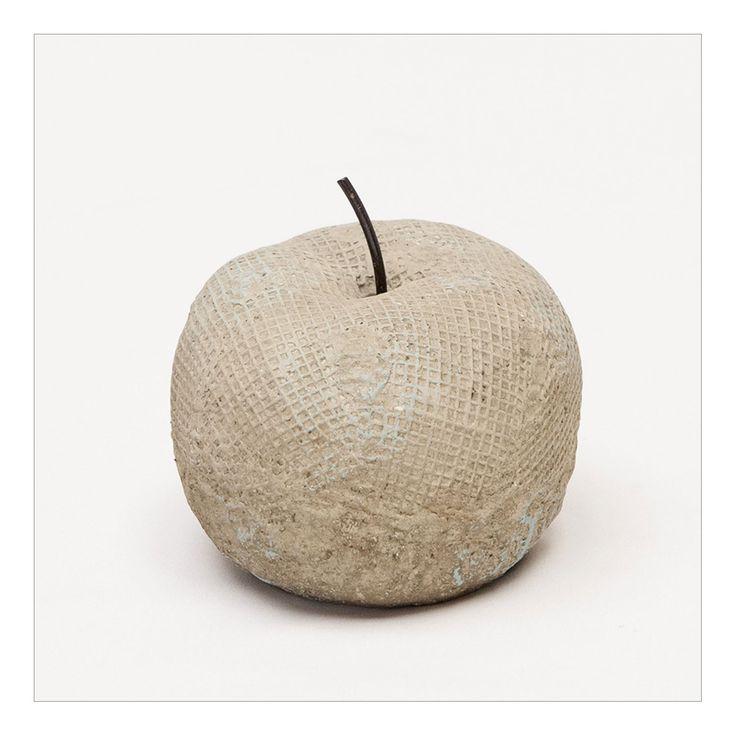 Deze appel staat leuk ter decoratie voor binnen of buiten. Hij is van beton gemaakt en heeft een steeltje met een houten uiterlijk. Hij staat erg mooi in combinatie met hout. Plaats hem bijvoorbeeld op een mooie houten schaal. Alleen, of juist met andere decoratie. De appel heeft een platte onderkant en staat daardoor stevig op de ondergrond. Afmeting: Ø 12,5 x 9,5 cm - Sier Appel Beton Vintage Bruin