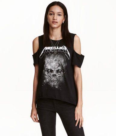 Svart/Metallica. Cold-Shoulder-Shirt aus weichem, gewaschenem Baumwolljersey mit Frontdruck. Modell mit kurzen Ärmeln und Cut-outs an den Schultern. Offene
