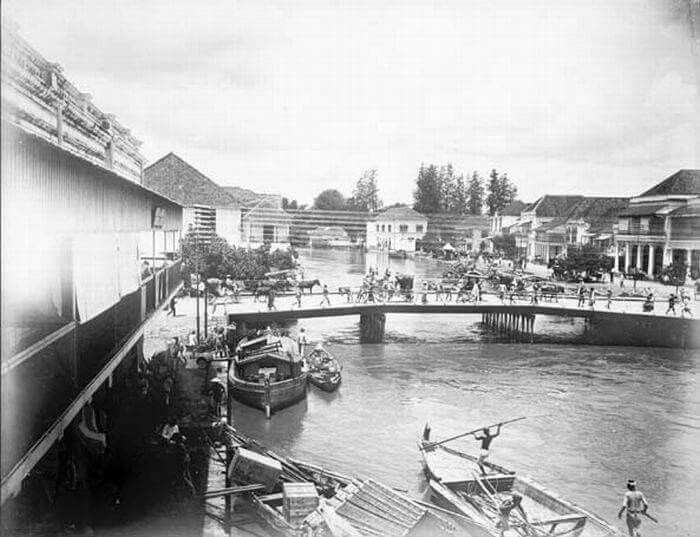 Sisi pandang Jembatan Merah di Surabaya. Tanggal antara 1885 dan 1900 Nederlands: Foto. Zijaanzicht van de Rode Brug in Soerabaja. Date between 1885 and 1900 Source  Tropenmuseum