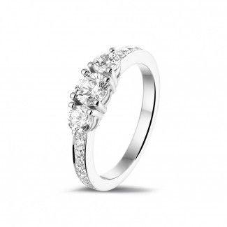 1.10 caraat trilogie ring in platina met zijdiamanten