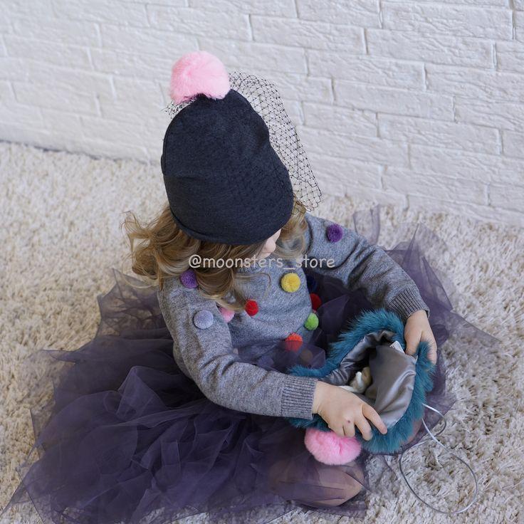 Трикотажная шапочка с вуалевой сеткой и меховым помпоном подойдет для прогулок прохладной весной или теплой осенью.