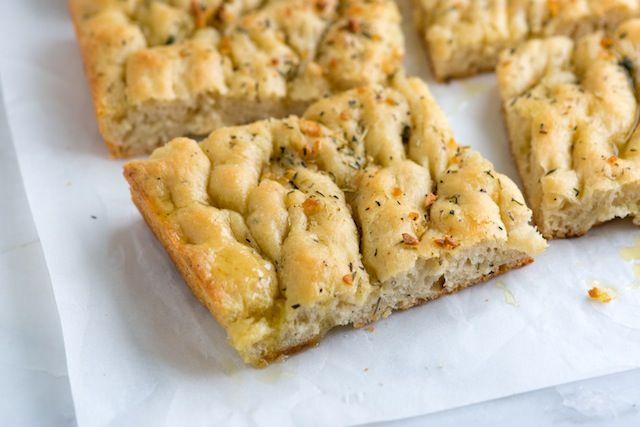 La Focaccia au thermomix. Je vous proposes une recette de la cuisine italienne , La focaccia est un pain de forme plate et cuit au four.