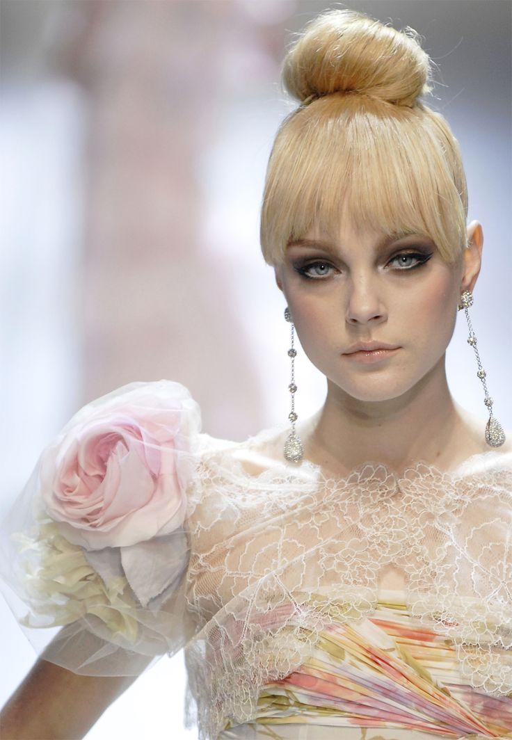 love her make up.  (Jessica Stam at Valentino Haute Couture Spring 2007)