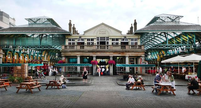 Covent Garden. Το πιο σημαντικό αξιοθέατο στην περιοχή είναι η πλατεία και η κεντρική αγορά που κατασκευάστηκε το 17 αιώνα. Για 300 χρόνια ήταν η κεντρική αγορά φρούτων, λαχανικών και λουλουδιών . Το 1980 οι βικτοριανές αίθουσες με τις γυάλινες οροφές μετατράπηκαν σε σύγχρονη αγορά, με πολλά καφέ, μπαρ και πλανόδιους καλλιτέχνες.  Συνδυασμός αγοράς τροφίμων, καφέ και εστιατορίων πολύ κοντά στο πλαίσιο στο οποίο κινείται τώρα η Αγορά Μοδιάνο.
