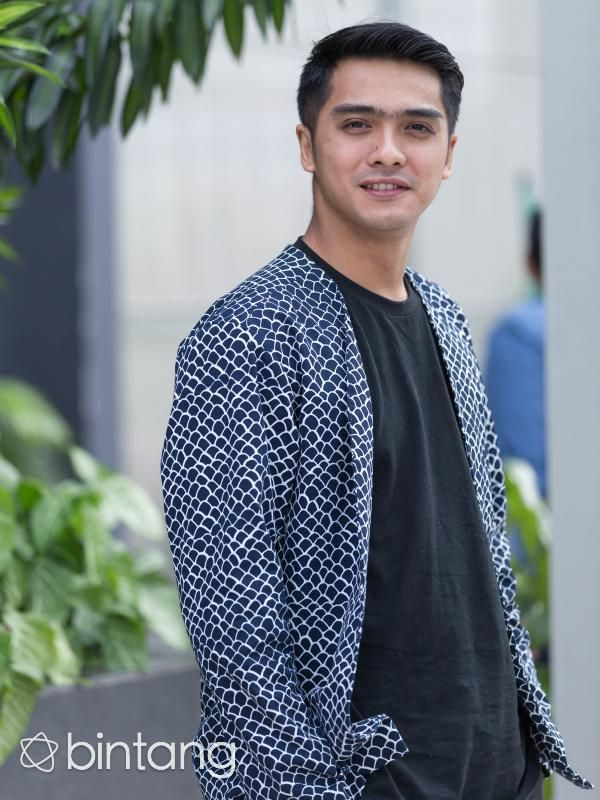 """Aktor tampan Ricky Harun kini tengah menantikan kelahiran anak keduanya dari pernikahannya dengan sang istri, Herfiza Novianti. Calon adik dari Mikaila Akyza Pratama diperkirakan akan lahir pada awal Maret mendatang. """"Sekarang hamilnya sudah 8 bulan, diperkirakan itu awal Maret. Pokoknya awal Maret sudah bisa melahirkan tapi belum tahu waktunya kapan, maunya normal, insya Allah laki-laki,"""" ujar Ricky.  #RickyHarun #Aktor #Parenting #Bintang #Indonesia"""