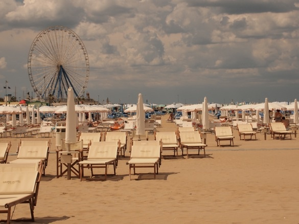 Grand Hotel Rimini - Beach chairs and ferris wheel