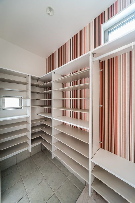 シューズクローク内の棚は、ダイケンのカンタナという収納棚。2ヶ所の横すべり出し窓から換気ができます。