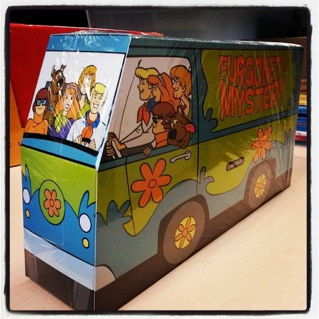 Furgoneta Mystery con dos libros de la colección Misterios a 4 patas. http://edicioneslaberinto.es/libros/554/pack-furgoneta-mystery