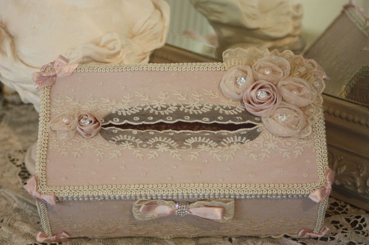( RESERVEE ) BOITE A MOUCHOIRS STYLE SHABBY CHIC PERLES STRASS ET VIELLE DENTELLEE