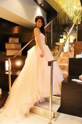 絶妙なコーラルピンクが女のコの肌をきれいに見せてくれるカラードレスに身を包んだ森絵里香 #AneCan #ウェディング #ウェディングドレス #wedding #dress
